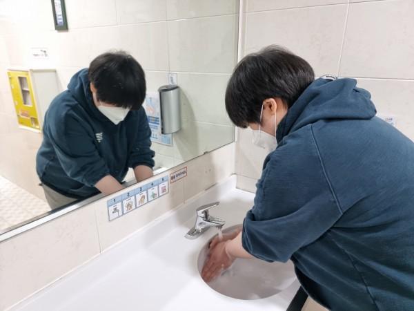 손 씻기 실습중입니다.